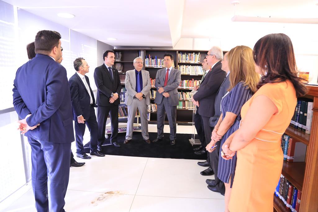 Representantes da advocacia e do TRT durante a entrega oficial dos livros  doados pela Casag OAB-GO à biblioteca do TRT18 – Joaquim Candido Advogados  ... d92cc180c2